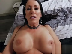 Round tits of curvy amateur milf bounce