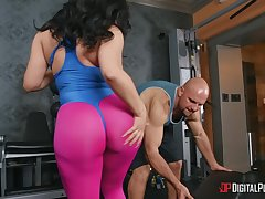 Check out the meaty ass increased by big tits on this hot gym bunny.